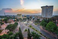 Dak Lak, Vietname - 12 de março de 2017: Opinião aérea da skyline de Buon miliampère Thuot Buon mim Thuot no período do por do so Fotografia de Stock Royalty Free