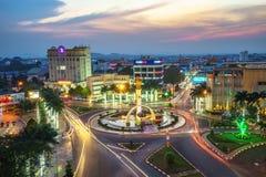Dak Lak, Vietname - 12 de março de 2017: Opinião aérea da skyline de Buon miliampère Thuot Buon mim Thuot no período do por do so Fotografia de Stock