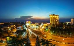 Dak Lak, Vietname - 12 de março de 2017: Opinião aérea da skyline de Buon miliampère Thuot Buon mim Thuot no período do por do so Imagens de Stock
