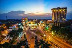 Dak Lak, Vietname - 12 de março de 2017: Opinião aérea da skyline de Buon miliampère Thuot Buon mim Thuot no período do por do so Imagens de Stock Royalty Free