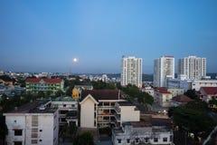 Dak Lak, Vietname - 12 de março de 2017: Opinião aérea da skyline de Buon miliampère Thuot Buon mim Thuot no período do por do so Imagem de Stock