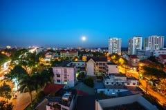 Dak Lak, Vietname - 12 de março de 2017: Opinião aérea da skyline de Buon miliampère Thuot Buon mim Thuot no período do por do so Foto de Stock Royalty Free
