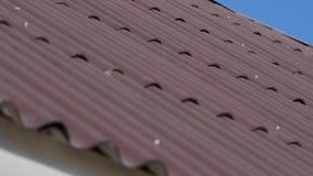 Dak met grijze daktegels en een duidelijke blauwe hemel met sommige wolken op een zonnige dag, de achtergrond van het Tegeldak, t stock footage
