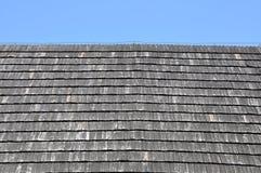 Dak met houten dakspanen wordt behandeld die Stock Foto