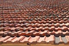 Dak met kleitegels die wordt behandeld Stock Foto