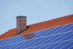 Dak met photovoltaic cellen stock afbeeldingen