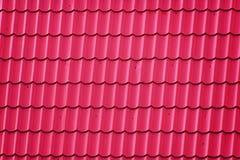 Dak met Rode Metaaltegels die wordt behandeld Stock Afbeeldingen