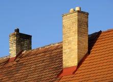 Dak met schoorsteen Stock Afbeeldingen