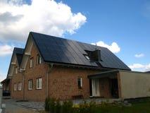Dak met zonnecellen Stock Afbeelding