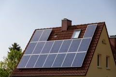Dak met zonnepanelen Royalty-vrije Stock Afbeeldingen