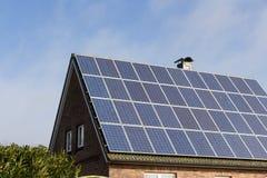 Dak met zonnepanelen Royalty-vrije Stock Afbeelding