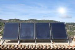 Dak met zonnepanelen en zonneschijn Royalty-vrije Stock Afbeeldingen
