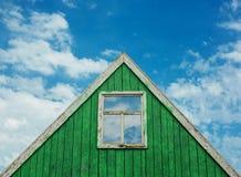 Dak van blokhuis met een blauwe hemel op de achtergrond Royalty-vrije Stock Fotografie