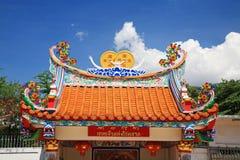 Dak van Chinese tempel tegen blauwe hemel Royalty-vrije Stock Afbeeldingen