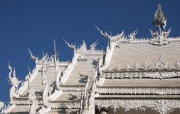 Dak van de ubosotbouw in Wat Rong Khun stock fotografie