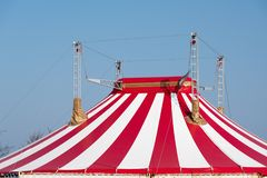 Dak van een circustent met rode en witte strepen en vier masten royalty-vrije stock afbeeldingen