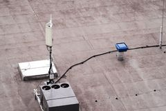 Dak van een commercieel gebouw met externe eenheden commerciële airconditioning en ventilatiesystemen, cellulaire antenne a stock foto
