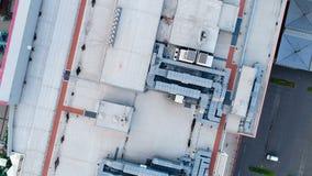 Dak van een groot winkelcentrum, een ventilatie en een verwarmingssysteem stock video