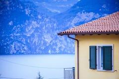Dak van een Italiaans huis, rode dakspanen stock afbeeldingen