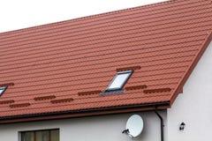 Dak van een nieuw die huis van rode dakwerktegels wordt gemaakt Royalty-vrije Stock Foto's