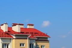 Dak van het huis op de achtergrond van duidelijk royalty-vrije stock afbeelding
