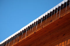 Dak van huis met ijskegels Stock Foto's