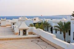 Dak van huizen in stijl аrabic met witte muren en palmen Stock Afbeelding