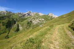 Dak van oud huis met mening over bergen Alpien landschap  Royalty-vrije Stock Afbeelding