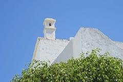 Dak van witte ommuurde villa Stock Foto's