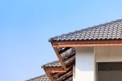 Dak voor nieuw huis wordt geïnstalleerd dat Royalty-vrije Stock Foto