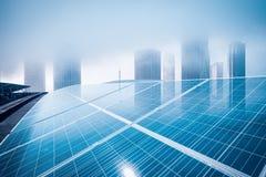 Dak zonne-energie met de moderne bouw royalty-vrije stock afbeelding