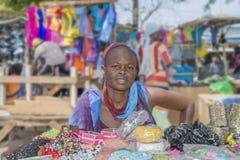 """Dakar, Senegal, Afrika †""""20 Juli, 2014: Niet geïdentificeerde straatverkoper bij Sandaga-Markt Stock Foto"""