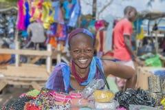 """Dakar Senegal, Afrika †""""Juli 20, 2014: Oidentifierad gatasäljare på den Sandaga marknaden arkivbild"""