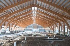 Dakbouw van gelamineerd vernisjetimmerhout royalty-vrije stock fotografie