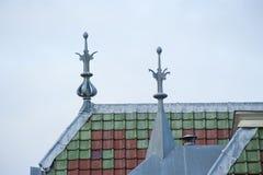 Dakbovenkant met ornamenten en groene bruine tegels Stock Afbeeldingen