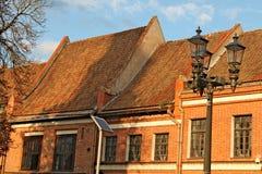 Daken die met rode tegels op Hall Square in Kaunas worden behandeld Stock Afbeelding