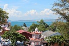 Daken van de Boeddhistische tempel tegen de hemel en de oceaan royalty-vrije stock fotografie