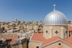 Daken van de Oude Stad van Jeruzalem, met inbegrip van de koepel van Onze Dame van Kramp in foregroun stock afbeelding