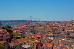 Daken van Lissabon, met Tagus-rivier en 25ste April-brug Royalty-vrije Stock Fotografie
