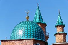 Daken van moskee in aanbouw tegen duidelijke blauwe hemel royalty-vrije stock foto's