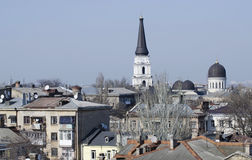 Daken van oud stadscentrum van Odessa met christelijke kathedraal stock afbeeldingen