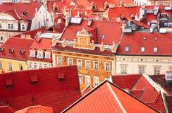 Daken van oude huizen op Oud Stadsvierkant, Praag Stock Fotografie