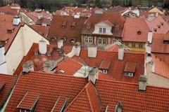 Daken van oude huizen in Praag Stock Foto's