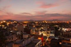 Daken van Udaipur-huizen bij nacht stock foto's