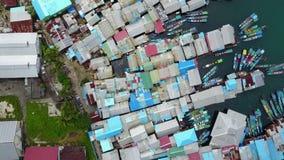 Daken van vissershuizen en boten op het overzees stock videobeelden