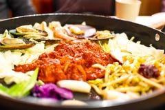 Dakgalbi o receta asada a la parrilla picante del pollo y de las verduras Fotos de archivo
