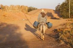 Dakhla,埃及- 2006年12月25日:农夫对f的骑马驴 免版税图库摄影
