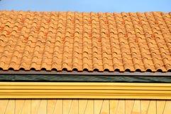 Dakhuis met betegeld dak op blauwe hemel horizontaal detail van de tegels en de hoek die op een dak opzetten, Stock Afbeeldingen