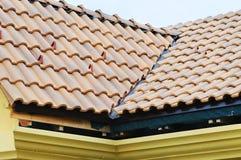 Dakhuis met betegeld dak op blauwe hemel horizontaal detail van de tegels en de hoek die op een dak opzetten, dakbescherming tege Royalty-vrije Stock Foto