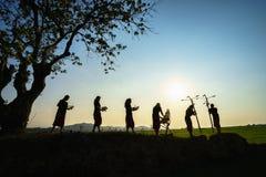 Daklak,越南- 2017年3月9日:埃德少数族裔人在他们的节日在日落期间执行锣舞蹈在大树下 免版税库存图片